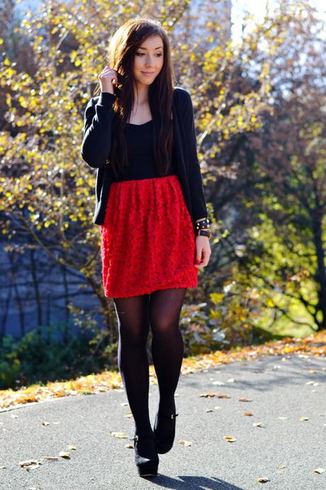 Schwarzes kleid rote strumpfhose