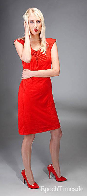 Rotes kleid mit schwarzer strumpfhose