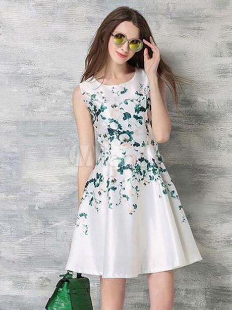 Weißes kleid mit blumen
